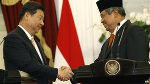 Chinese President Xi Jinping, left, shakes hands with Indonesia's President Susilo Bambang Yudhoyono after a joint press conference at Merdeka Palace in Jakarta, Indonesia, 2 October 2013