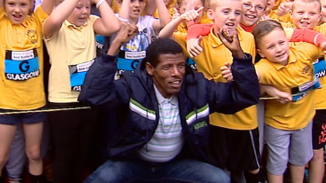 Double Olympic Gold winner Haile Gebrselassie with some Glasgow schoolchildren