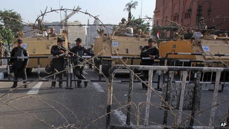 Egyptian soldiers at an entrance to Tahrir Square (05/10/2013)
