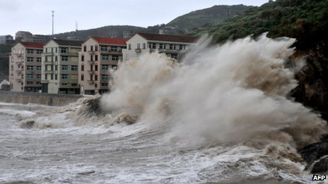 Huge waves hit the dike as Typhoon Fitow moves to make its landfall in Wenling, east China's Zhejiang province on 6 October 2013