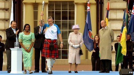 Alan Wells carries the baton from Buckingham Palace