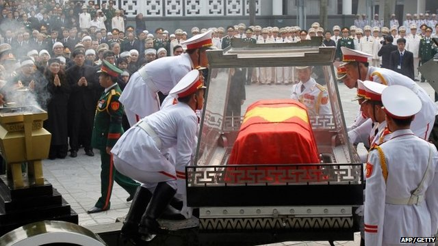 Soldiers place the coffin of General Vo Nguyen Giap on the artillery cart during his funeral ceremony
