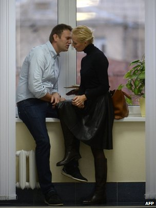 Alexei Navalny speaks to his wife during a break in the hearing in Kirov, 16 October