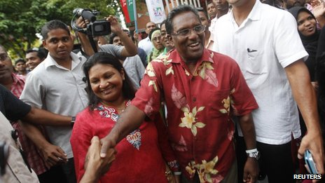 Maldivian presidential candidate and incumbent President Mohamed Waheed  (C) shakes hands with supporters in Male