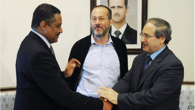 Canadian Carl Campeau (C) standing between Syrian deputy Foreign Minister Faisal Muqdad (R) and the UN representative in Syria Wassim Kheir Beik (L), in Damascus (17 Oct 2013)