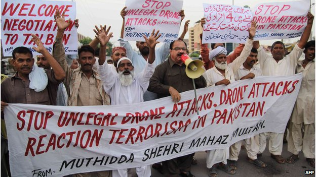Pakistani activists protest against US missile strikes in tribal areas at a rally in Multan (31 August 2013)