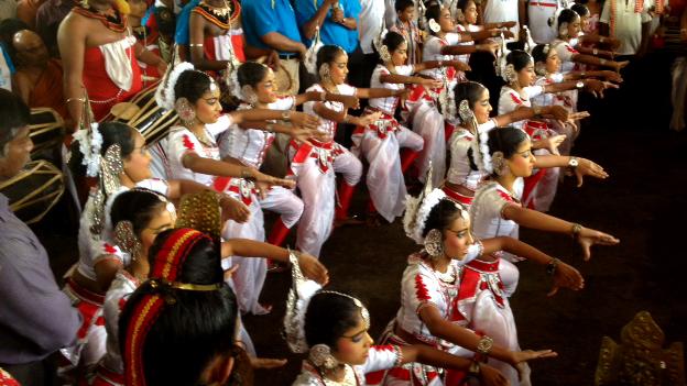 Sri Lankan dancers with Queen's Baton