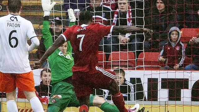 Calvin Zola scores for Aberdeen against Dundee United