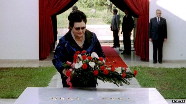 Jovanka Broz lays flowers on Tito's tomb, Belgrade (10 May 1995)