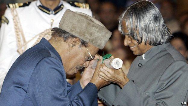 Manna Dey receives Padma Vibhushan in 2005