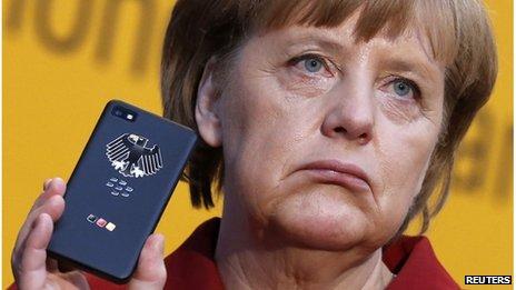 Datei-Foto von Angela Merkel hält ein Mobiltelefon in Hannover, 5. März 2013