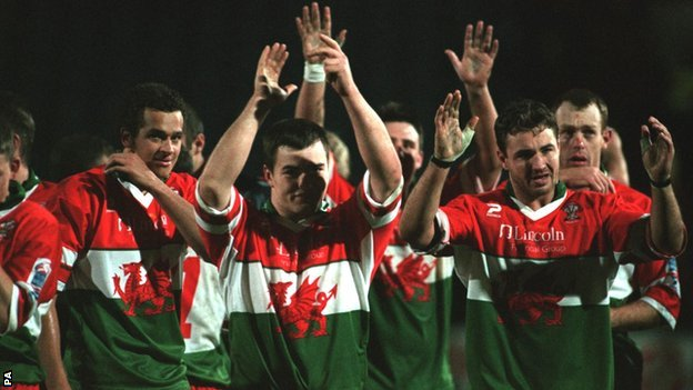 Iestyn Harris leads Wales in applauding their fans during the 2000 Rugby League World Cup