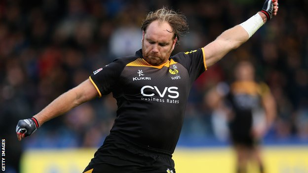 Andy Goode kicks a penalty for Wasps against Leicester