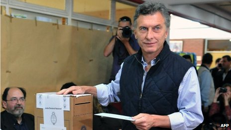 Buenos Aires Mayor Mauricio Macri casts his vote during legislative elections on 27 October, 2013