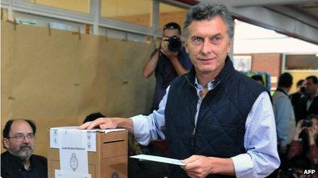 Buenos Aires Mayor Mauricio Macri casts his vote during legislative elections on 27 October, 2013
