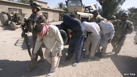 Iraqi soldiers arrest suspected militants during a raid and weapons search operation in North Babil province (27 October 2013)