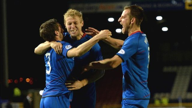 Graeme Shinnie and Richie Foran congratulate Gary Warren on his equaliser for Inverness