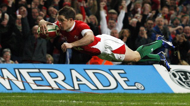 Shane Williams scores against Australia in 2008