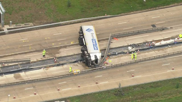 M25 lorry crash