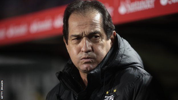 Muricy Ramalho grimacing in the dugout during a match