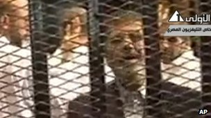 Mohammed Morsi and co-defendants in court in Cairo (4 Nov 2013)