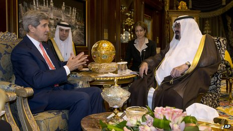 US Secretary of State John Kerry meets with Saudi Arabia's King Abdullah, right, in Riyadh (4 Nov 2013)