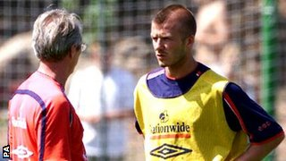 England's captain David Beckham (right) talking to manager Sven-Goran Eriksson during a training session in 2001