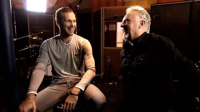 Roger Taylor toca Batería con Petr Cech, portero del Chelsea
