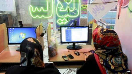 Iranian women surf the internet at a cafe in Tehran (17 September 2013)