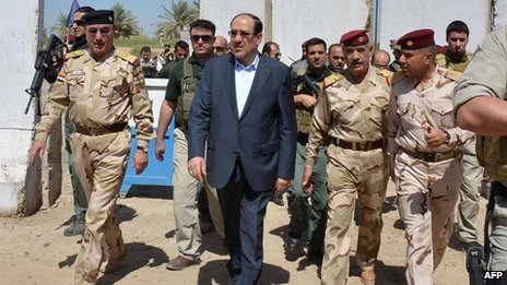Nouri Maliki with senior military officers outside Baghdad (6 August 2013)