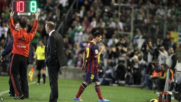 Barcelona's Lionel Messi goes off injured against Real Betis