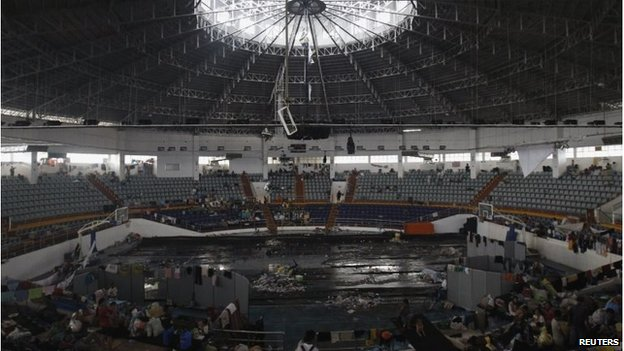 Survivors in an indoor sports arena in Tacloban, Philippines (12 Nov 2013)