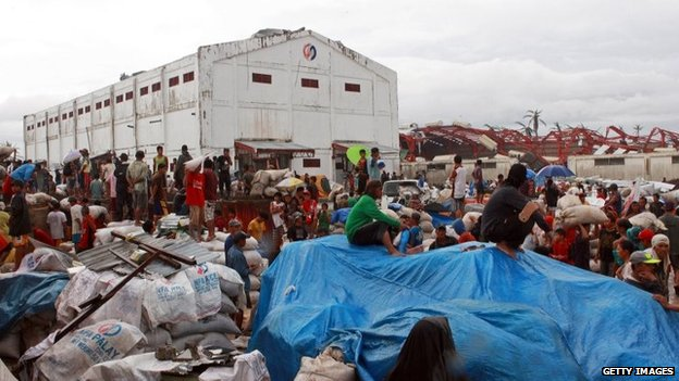People scavenge from a warehouse in Alangalang, Philippines (12 Nov 2013)
