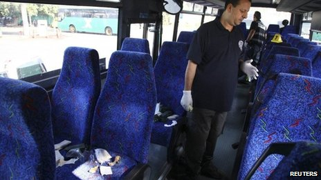 An Israeli policeman inspects the bus where an Israeli soldier was stabbed to death (13 November 2013)