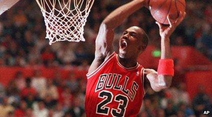 Michael Jordan bate uma bola de basquete em uma rede