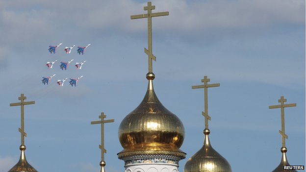 MiG-29 jet fighters of the Strizhi (Swifts) and Sukhoi Su-27 jet fighters of the Russkiye Vityazi (Russian Knights) aerobatic teams perform near an Orthodox church outside Moscow (28 August 2013)