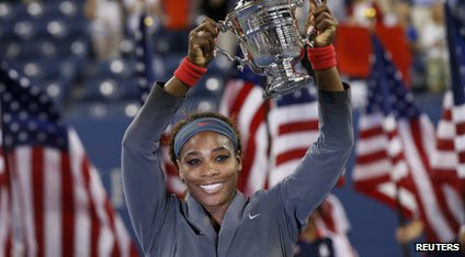 Serena Williams levanta os EUA Abrir Trophy