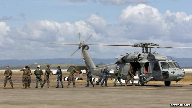 US service personnel unload aid from a helicopter, Tacloban airport (15 November)