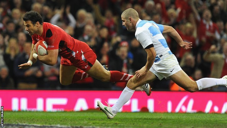 Mike Phillips scores for Wales