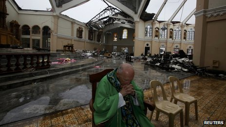 Cardinal Theodore McCarrick, President of the Catholic Relief Services, prays in the Transfiguration Cathedral in Palo, south of Tacloban. Photo: 17 November 2013