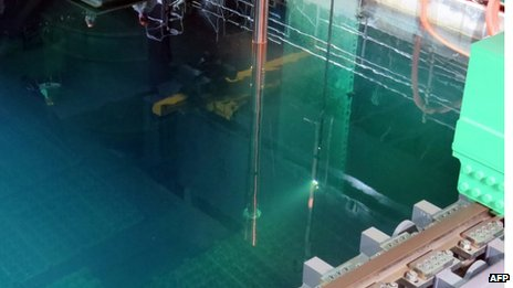 This handout picture taken by Tokyo Electric Power Co (Tepco) on 14 November  2013 shows an operation using imitation fuel rods during an exercise to remove the fuel rods from a pool at the unit four reactor building of Tepco's Fukushima Dai-ichi nuclear plant in the town of Okuma in Fukushima prefecture
