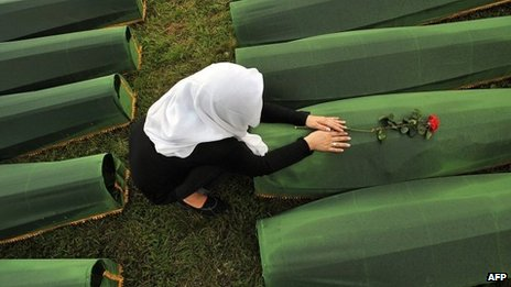 Woman mourns Srebrenica victims (file picture)
