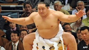 Asashoryu preparing to fight