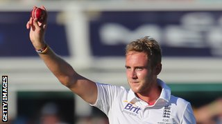 Stuart Broad acknowledges the crowd