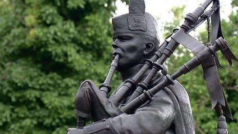 piper statue in Edinburgh