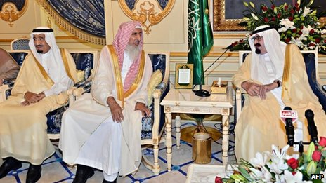 Saudi Crown Prince Salman bin Abdul Aziz (L) sitting, while Grand Mufti Sheikh Abdul Aziz al-Sheikh (C) speaks with King Abdullah (R) in Jeddah (29 September 2013)