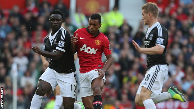 Nani of Manchester United in action with Victor Wanyama and Steven Davis of Southampton