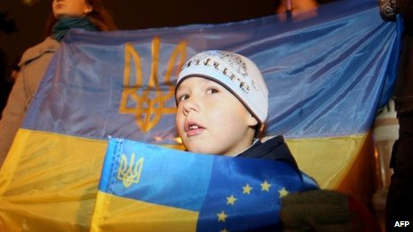 A child holds a Ukrainian and EU flags in Kiev. Photo: 22 November 2013