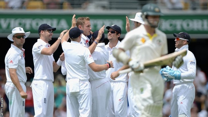 Stuart Broad dismisses Chris Rogers