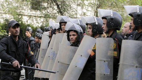 Riot police take positions as students of Cairo University shout slogans against the military and interior ministry during a demonstration in Cairo (24 Nov 2013)